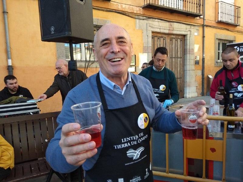 Rafael Blanco, Presidente de la DO León reparte el vino entre los asistentes.