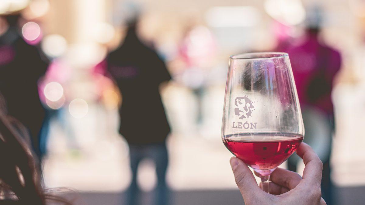 Una copa de vino rosado de la DO Léon